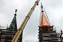 Vanovický kostel má znovou měďěnou věž. Odborníci ji dostali nahoru za pomoci jeřábu.