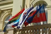 Vlajky partnerských měst Komárna.