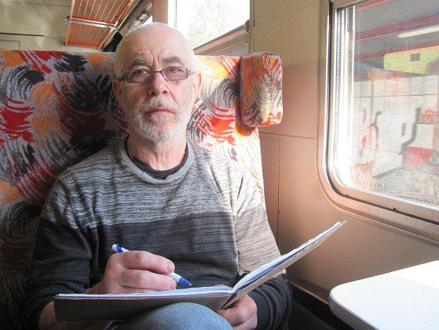 Cestující ve vlaku ze Skalice nad Svitavou na Blanensku do Brna mohou potkat Jaromíra Šimkůje, jak si kreslí do deníčku. Zachycuje tak materiál pro svoji výtvarnou tvorbu.