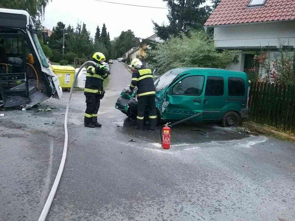 V Bukovině ve středu večer narazilo auto do odstaveného autobusu.