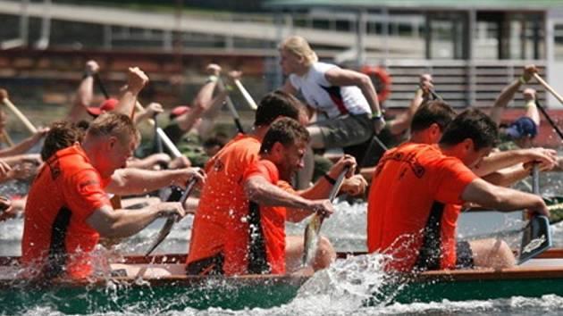 DRAČÍ LODĚ. Loni závodily dračí lodě na Brněnské přehradě, letos ji nahradí Olšove.
