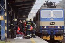 Zasahující hasiči a zdravotníci právě ošetřují zraněného muže na blanenském nádraží.