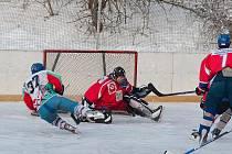 Hokejisté Sloupu (v červeném) hráli v okresním přeboru doma dva zápasy na venkovním kluzišti. Výhodu domácího ledu však ani jednou nevyužili. Nejprve podlehli Blansku a pak nestačili na Rájec-Jestřebí.