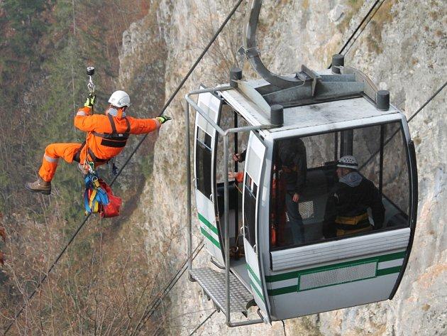 Hasiči trénovali cvičnou záchranu lidí ze zaseknuté lanovky v Moravském krasu. Díky vhodnému počasí záchranáři mohli při vyprošťování turistů využít vrtulník, což zásah urychlilo.