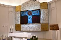 Nevšední a moderní interiér v kostele v Jedovnicích má padesát let.