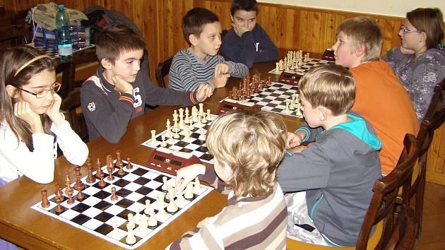 Na jedovnickém šachovém turnaji bojovala družstva ze základních a středních škol o postup do kraje.