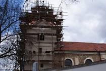 Věž kostela v Bořitově dostává novou střechu.
