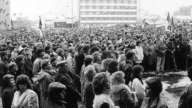 S trikolorami vyrazili na nynější Masarykovo náměstí Boskovičtí. Někteří byli vybaveni vlajkami a cedulemi s různými hesly. Blanenští se den před generální stávkou chytli za ruce. Živý řetěz pak prošel hlavními náměstími v Blansku.
