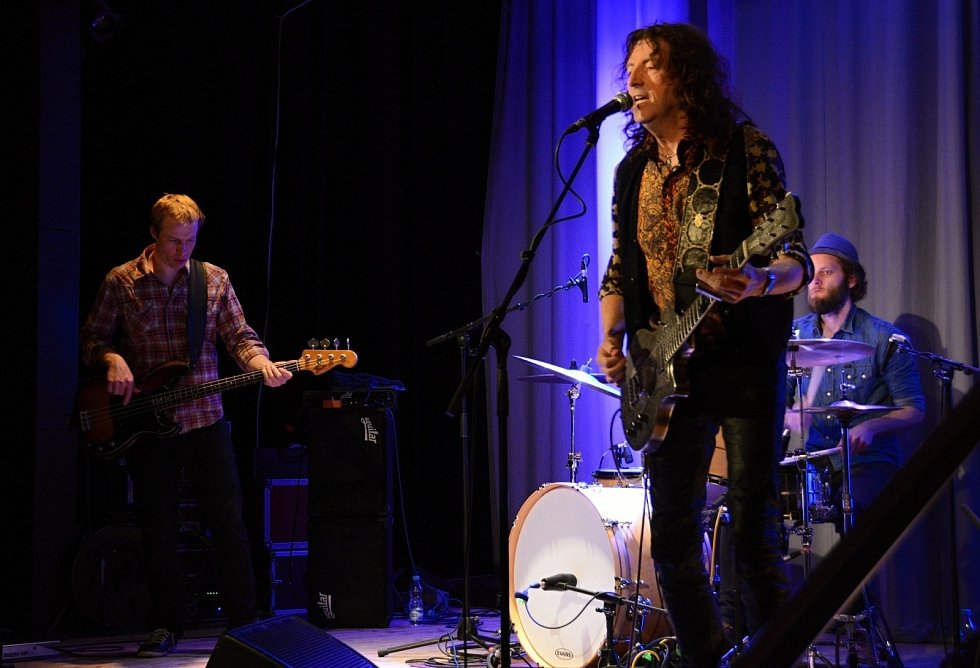 Fenomenální kytarista Gwyn Ashton zahrál ve středu večer v Boskovicích. Před zaplněným sálem v Zámeckém skleníku vystoupilo Gwyn Ashton trio. A byla to opravdová lahůdka.