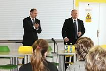 Hejtman Michal Hašek při své návštěvě Blanska zavítal i do tamního gymnázia. Studentům povídal o fungování krajské samosprávy, ale i o budocusnosti vysokých škol či vědy a výzkumu.