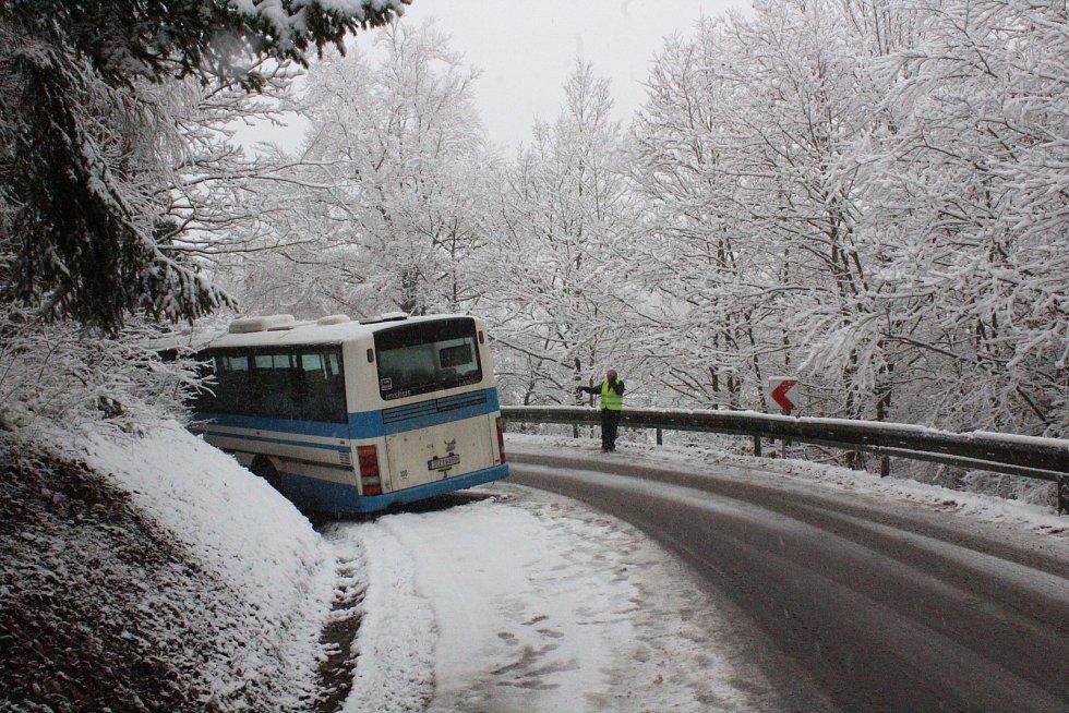 U Blanska havaroval autobus. Na špatně sjízdné silnici uhýbal osobnímu autu.