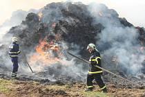 Škoda za stovky tisíc korun. A z tun balíků slámy obrovská hromada popela. To je výsledek požáru stohu, který vzplál v pátek před půl osmou večer na okraji Rájce-Jestřebí.