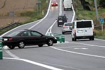 Řidiče na křižovatce silnice I/43 a silnice na Boskovice u Sebranic nyní zpomalují balisety.