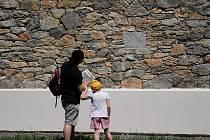 Turisté s pracovním listem k výletu v okolí Rudice.