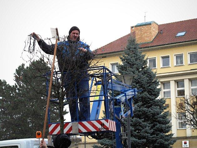 Vánoční strom na náměstí Republiky vBlansku už stojí. Nazdobení se dočká vpříštích dnech.