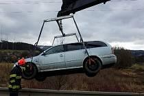 Zřejmě kluzká vozovka byla příčinou nehody řidiče osobního auta u Spešova na Blanensku. Auto vyprostili hasiči jeřábem.