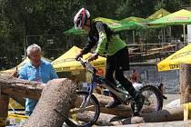 První den mistrovství světa v biketrialu bojovali v lesích nad blanenskou přehradou Palava o medaile jezdci do patnácti let a dívky.