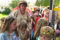 Dobu středověku v pondělí prožili děti i jejich kantoři z černohorské základní školy. S perníkovými erby jako vstupenkami je do bran vpustili halapartníci. Chodbami se procházeli králové, hraběnky, rytíři i chuďasové.