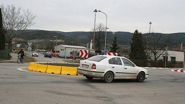 Kruhový objezd v Rájci-Jestřebí.