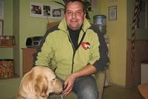 Milan Dvořák ve své škole cvičí speciální vodicí psy pro slepce.