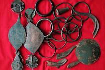 Asi dvacet předmětů našli dva hledači v červenci roku 2012 na Boskovicku. Stáří bronzového pokladu odborníci odhadují na tři tisíce let.