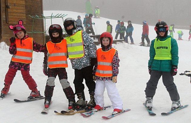 Děti ze základní školy ve Sloupu vyrazili na lyžařský kurz do ski areálu v Olešnici. Škola jezdí do areálu vyráží každoročně.