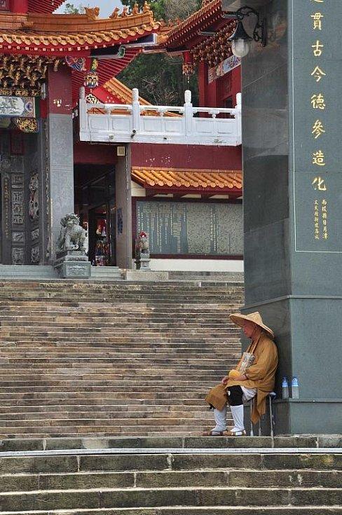 žebravý mnich u vstupu do chrámu