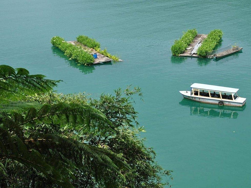 tyrkysově zelené vody jezera Sun Moon Lake