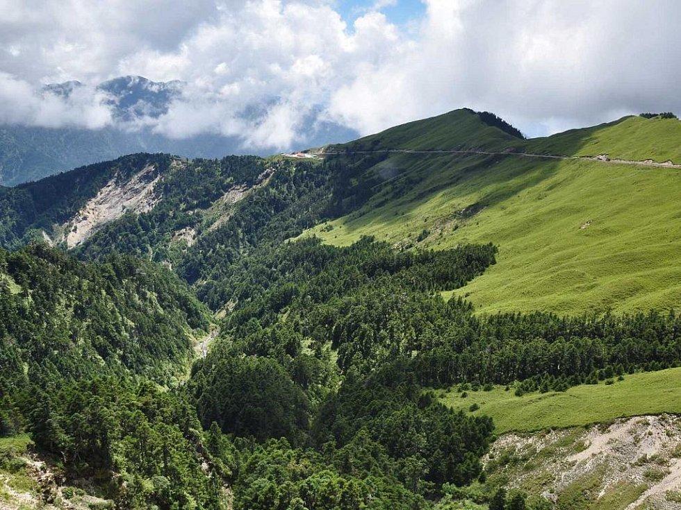 cesta skrz střední Taiwan vede přes 3200 m vysoké sedlo