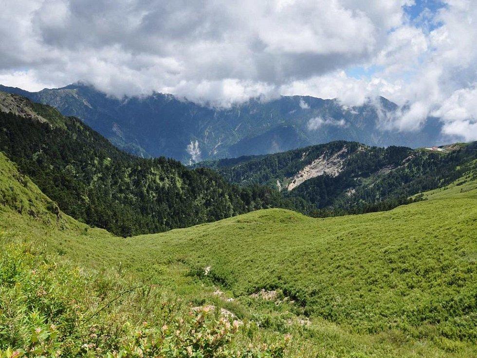 téměř 4000 m vysoké hory zahalené v mracích