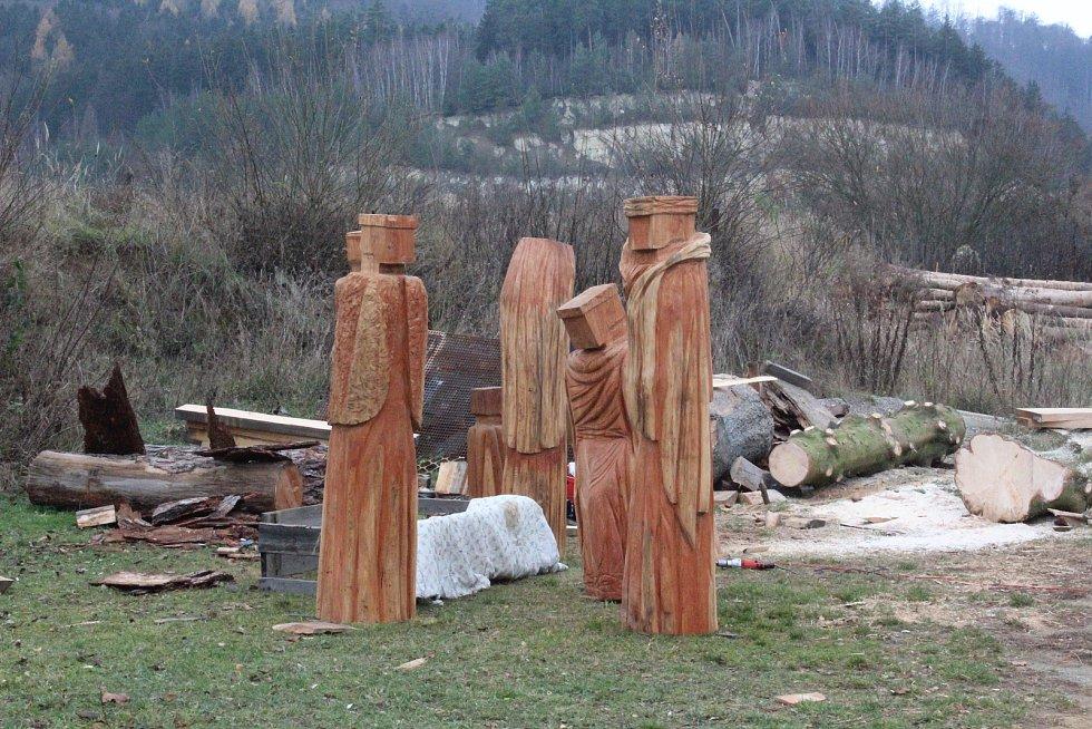 Sochař Libor Bartoš z Dolní Lhoty vytesal ze dřeva betlém pro město Blansko.