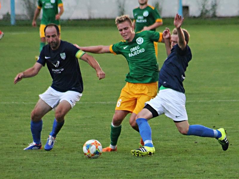 Ve 2. kole krajského přeboru fotbalisté Olympie Ráječko (zelené dresy) porazili FK Mutěnice 3:1.