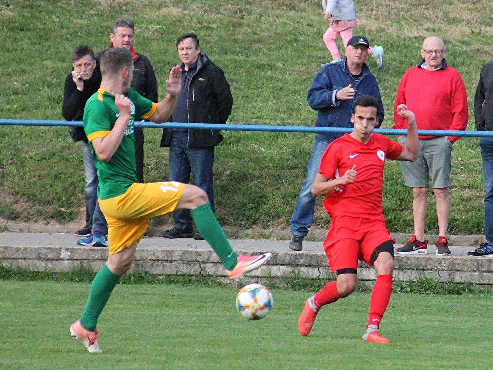 V utkání krajského přeboru porazili fotbalisté Tatarnu Bohunice (červené dresy) Olympii Ráječko 5:2.