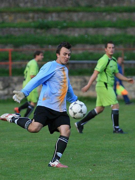 Fotbalisté Adamova (v bílém) porazili doma ve IV. třídě rezervu Vilémovic těsně 3:2.