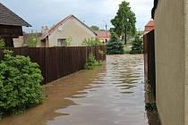 Po dvou bouřkách zatopila v pondělí voda v Černovicích několik domů a sklepů.
