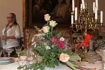 Rájecký zámek bude až do neděle vyzdobený svatojánskými květinami a bylinkami.
