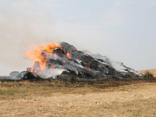 Ve středu po půl desáté dopoledne zasahovali hasiči u požáru stohu v obci Kunice na Kunštátsku.