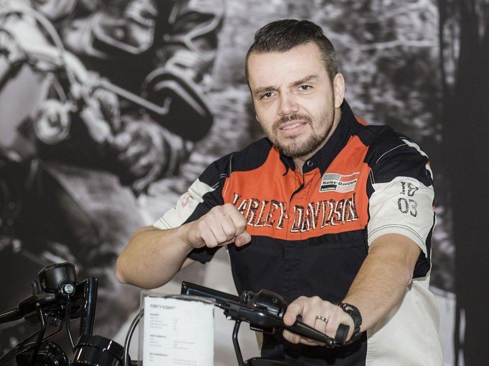 Lukáš Kvapil je nejen vášnivým motorkářem a dakarským jezdce, ale především voják z povolání a instruktor speciálního výcviku vojáků na motocyklech.