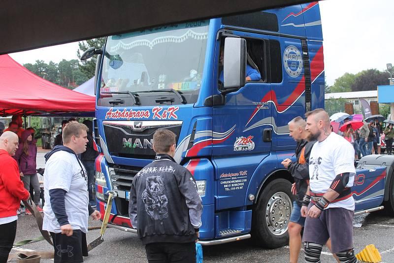 Jednou z disciplín bylo přitahování kamionu na laně. Vozidlo i s řidičem musel každý soutěžící dostat v co nejkratším čase do cíle.
