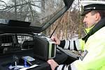 Policisté z Blanenska mají nový přístroj na zjišťování přítomnosti drog ze slin řidiče. Nový tester za šedesát tisíc korun dokáže sám vyhodnotit, jestli řidič užil před jízdou marihuanu, pervitin i jiné tvrdé drogy nebo třeba tlumící léky.