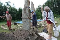 Emil Kazík při usazování menhiru v meditačním areálu Kamenná brána v Dubňanech.