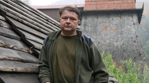 Spolek Františka se zabývá historickou tavbou železa. Na snímku je jeden z jeho členů Martin Barák v areálu Stará huť nedaleko Adamova.