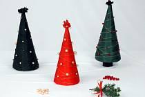 V blanenském domově Olga vyrábí vánoční stromečky.
