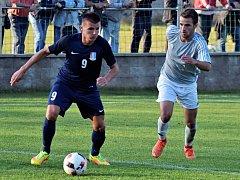 Fotbalisté Blanska (modré dresy) pokračují ve vítězném tažení divizní skupinou D. Na domácím hřišti porazili MSK Břeclav 4:0.