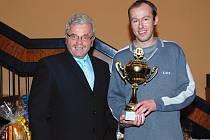 Šachista Martin Handl (na snímku vpravo) z TJ Spartak Adamov poprvé vyhrál Vánoční turnaj ve Sloupu.