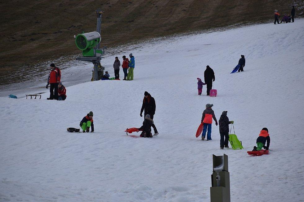 Lidé v Olešnici lyže se snowboardy vyměnili za boby a sáňky.