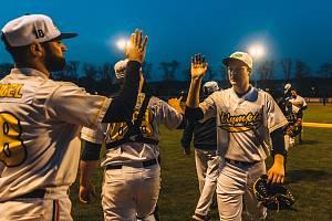 Blanenští baseballisté (ve světlém) Třebíč jednou porazili, pak s ní dvakrát prohráli.