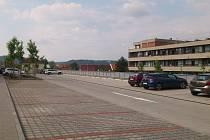 Parkoviště nad blanenskou nemocnicí zůstává prázdné. Lidem vadí obcházení budovy.
