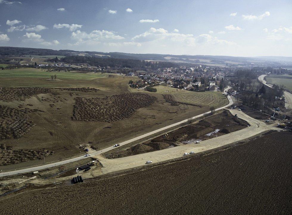 Odklon nákladní dopravy mimo zástavbu, zklidnění provozu a menší zátěž centra. To si slibují v Rájci-Jestřebí od stavby průtahu, který z velké části povede mezi poli a řekou Svitavou.