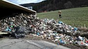 Převrácené nákladní auto, které převáželo odpadky, zablokovalo silnici z Boskovic na Vážany..